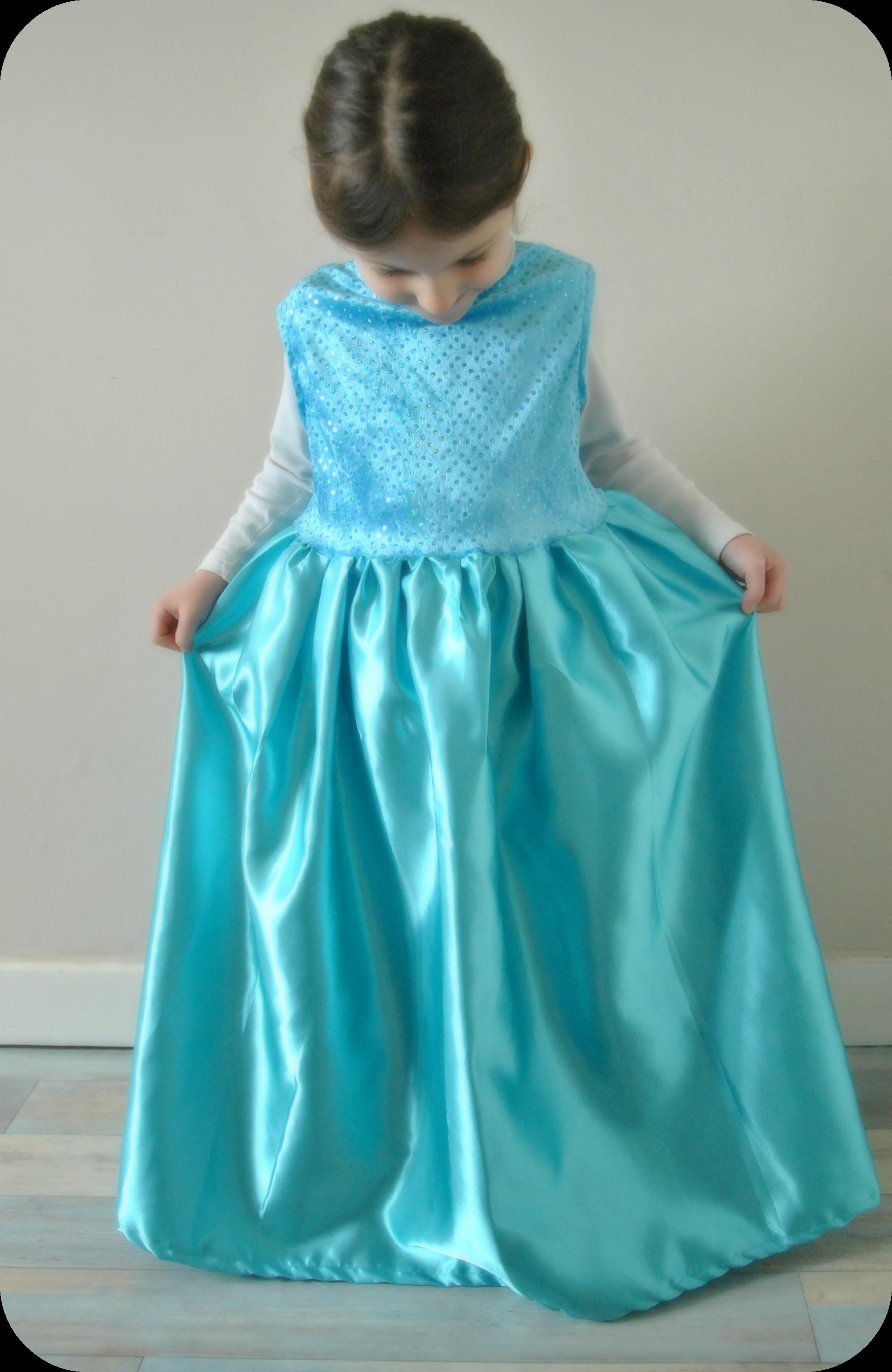 pour la ralisation jai utilis le patron de la robe reine des neiges des contes de fes intemporels en taille 6 ans cest tout de mme un peu grand